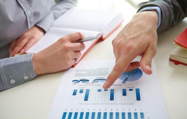 biznesmen-wskazując-wykres-słupkowy_1098-2665
